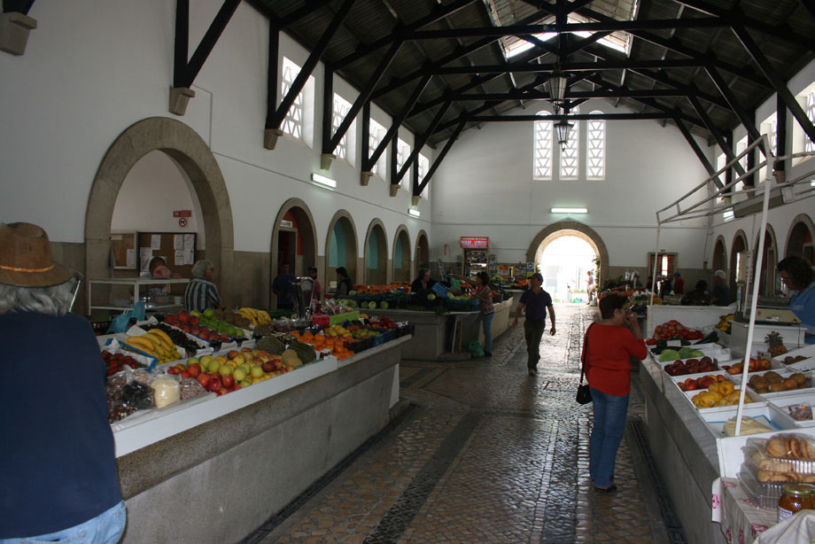 A quiet day at Silves market